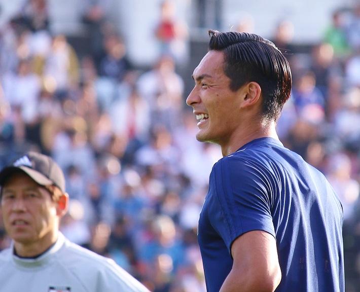 サッカー日本代表槙野智章選手がワールドカップ直前練習で笑顔をみせる