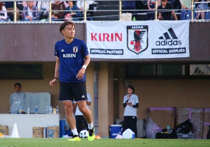 サッカー日本代表トレーニングキャンプでピッチに立つ宇佐美貴史選手