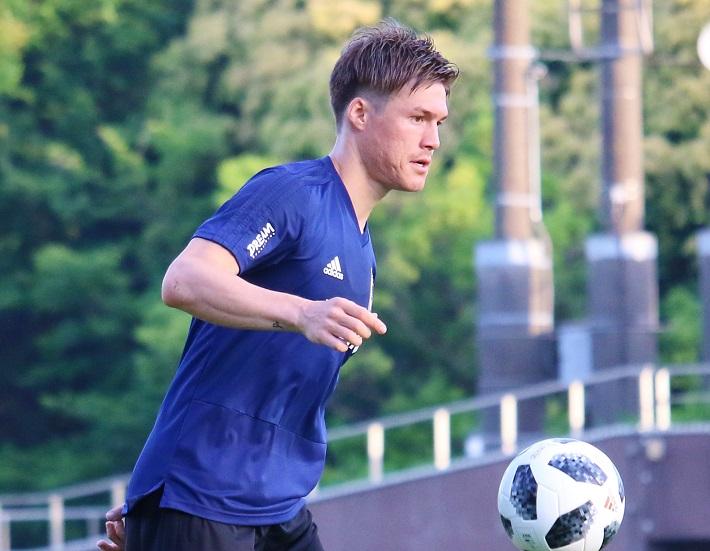 2018ワールドカップサッカー日本代表のトレーニングキャンプで、ボールを使った練習をする酒井高徳選手