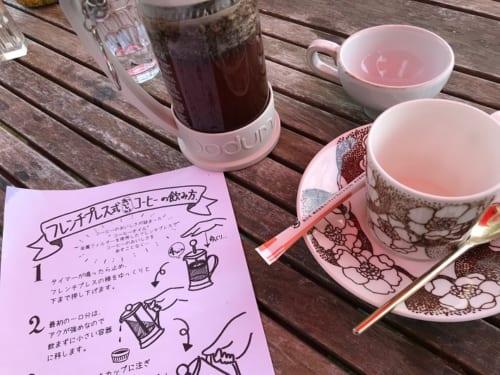 千葉県船橋市「トレーラーカフェ銀色」コーヒーはフレンチプレス式飲み方をみながら美味しくいれられます