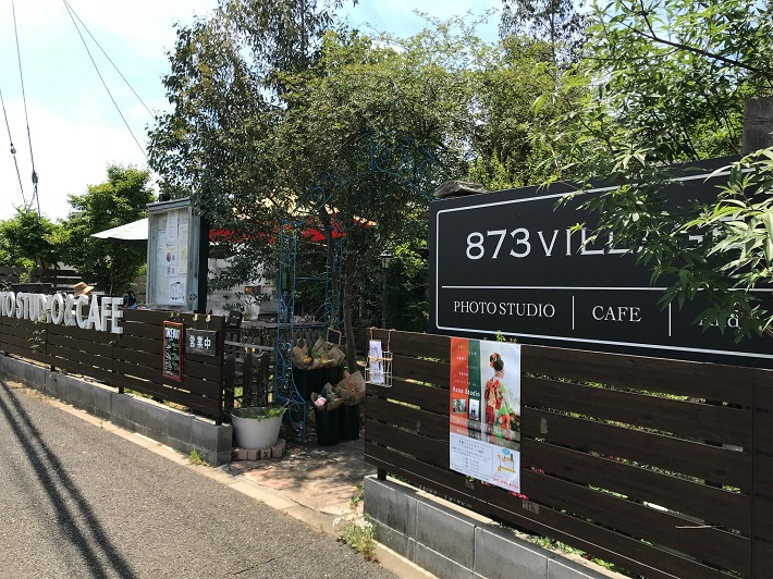 千葉県船橋市「トレーラーカフェ銀色」。緑に囲まれた雰囲気の良い外観