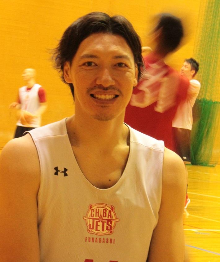 千葉ジェッツインタビュー後に笑顔で写真撮影に応じてくれた伊藤俊亮選手