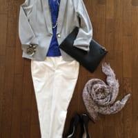 ジャケットに白パンツを合わせるスタイルは幼稚園や小学校の保護者会にもおすすめの服装です