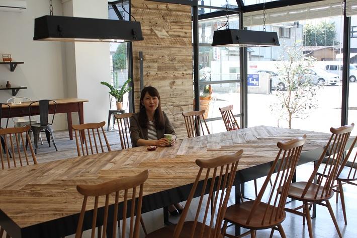 柏にあるモダンビンテージインテリアカーサではミッドセンチュリー時代の北欧諸国やフランス、イギリスなどのビンテージ家具がそろい、併設のカフェではコーヒーも楽しめます