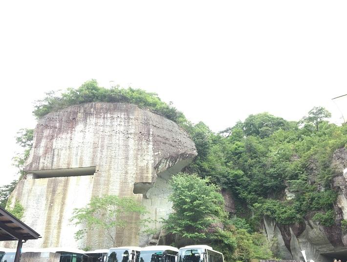 栃木県宇都宮市の大谷資料館は切り立った岩山に囲まれた迫力満点のロケーション