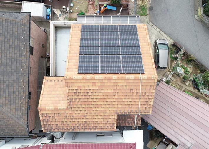 ドローンで上空から撮影すると屋根の汚れや修理箇所がないか点検できます