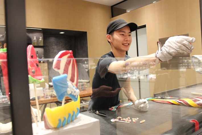 バター、砂糖、水あめを主原料に作られるタフィーに千葉名産の落花生を合わせたパパブブレそごう千葉JUNNU店限定品では工房を併設。できたての試食もあり