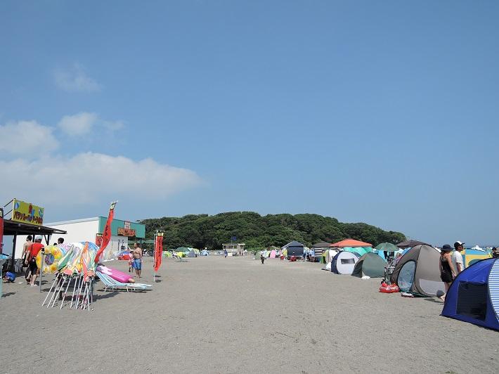 千葉県の沖ノ島。島へと続く砂浜がシーズン中は海水浴場に