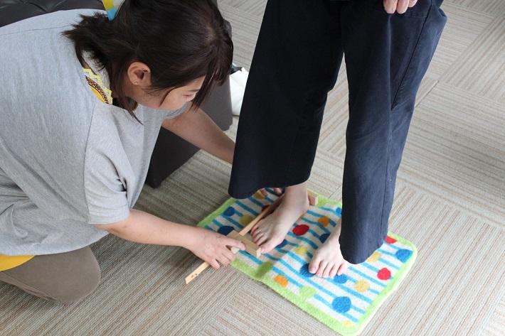 小さいサイズの婦人靴UNISHOES(ユニシューズ)。靴購入前に、足のサイズをはかります