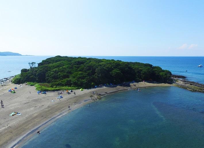 千葉県の沖ノ島は、砂浜で陸続きになった「陸繋島(りくけいとう)」という地形