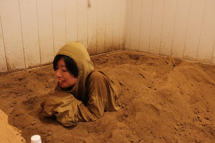 千葉市の酵素風呂で発酵させたひのきのおがくずに埋まり汗をかく記者