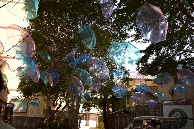 椿森コムナは傘がたくさんあってフォトスポットとしても人気