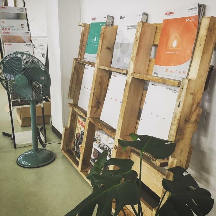 積田社長がDIYで作ったという雑貨やインテリアがいたるところにあります。写真の棚は、古びたように見せて色を塗るエイジング塗装で作った棚。