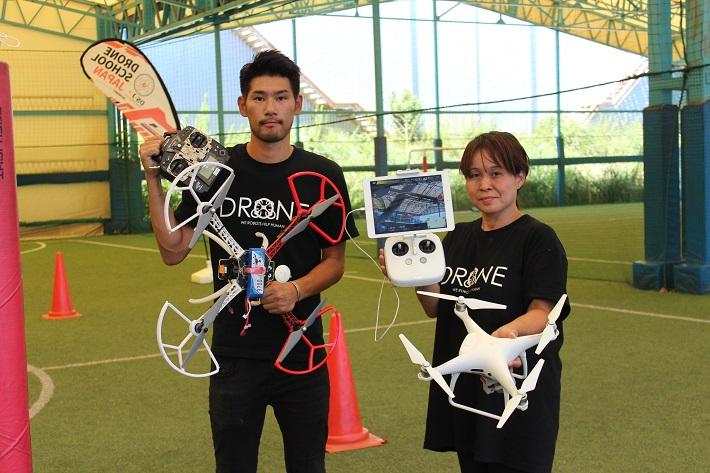 ドローンスクールジャパン「DSJ」船橋校インストラクターの赤荻さんと田沼さん。練習用のドローンで撮影