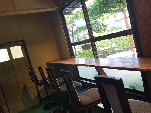 船橋市「古民家カフェコピエ」テラス席にはデラウェアの棚が