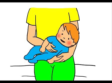 ベビーマッサージ①赤ちゃんをリラックスした状態で抱っこし、肘に赤ちゃんの頭をのせて安定させましょう。 手はカップ状にして優しく赤ちゃんのお腹にのせて左右にマッサージします