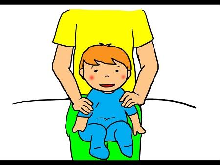 ベビーマッサージ②赤ちゃんを身体で支えながら前向きに座らせ、肩から腕まで下に向かって撫でおろします。
