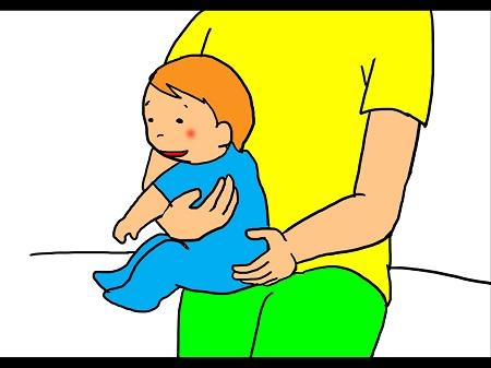 ベビーマッサージ③赤ちゃんの脇の下から腕を通し太ももの上に横向きに座らせ、身体が密着するように抱っこします。 リラックスしたら空いている手で背中を優しく上から下へ撫でおろすようにマッサージします。