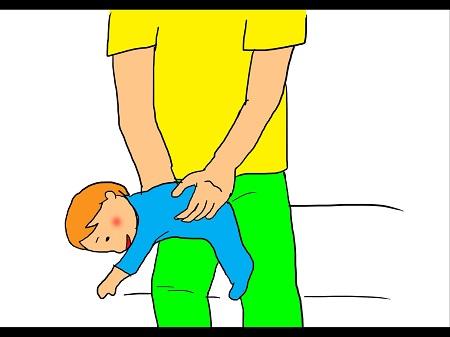 ベビーマッサージ④両足の間に赤ちゃんを挟んで支え、お腹が片方の太ももの上に来るように寝かせ、腕は前に伸ばします。 優しく揺らし、背中の上方部や腕をさすり、腕と肩をリラックスさせます。