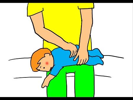 ベビーマッサージ⑤両足を太ももの上に伸ばしてうつ伏せに寝かせます。 完全にリラックス出来たら、背中や足に沿って撫でたりさすったり軽く叩いたりした後、優しく揺らします。