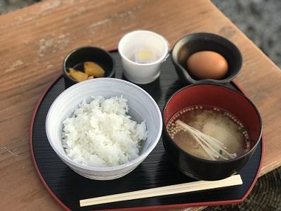 山梨県ほったらかし温泉「気まぐれ屋」の朝ごはん 卵かけご飯