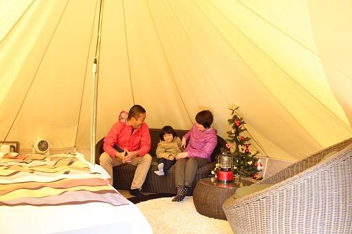 オシャレキャンプ 冬のグランピングテントの中