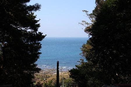 千葉県館山市 洲崎神社 階段を振り返ったら海
