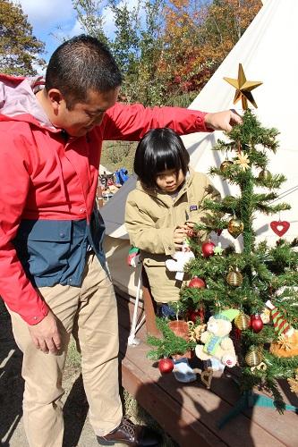 おしゃれキャンプクリスマスはツリーを飾る