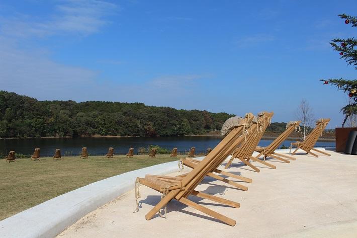 メッツァビレッジでは湖のほとりに休憩できるイスがたくさん