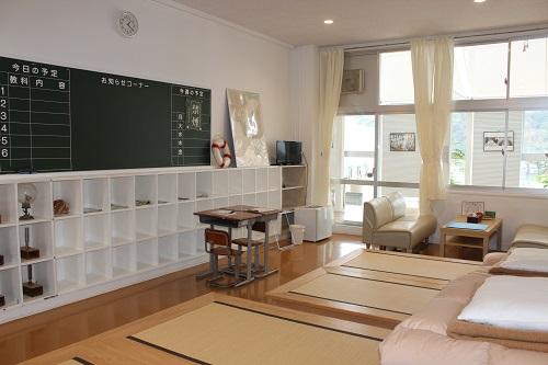 かつての教室の風合いを残した客室