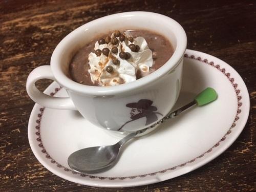 駄菓子「うまい しっとりチョコ」と牛乳でホットココアをつくる