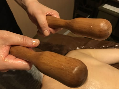 ポリネシアンマッサージ ピロンというウッドスティックを使って全身をマッサージ