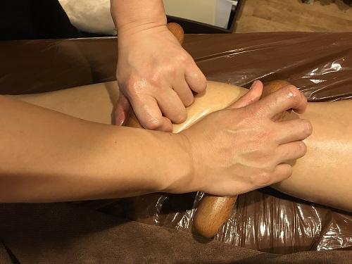 ポリネシアンマッサージ  バームを塗ってピロンを転がすと体中のコリがほぐれる