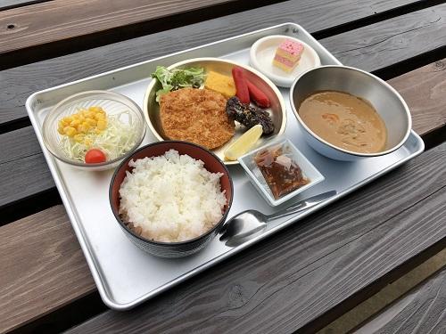 「里山食堂」では、昔懐かしい給食やそば、うどんが食べられると話題