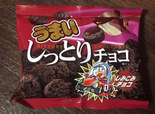 駄菓子「うまいしっとりチョコ」を牛乳に溶かしてホットココアをつくる