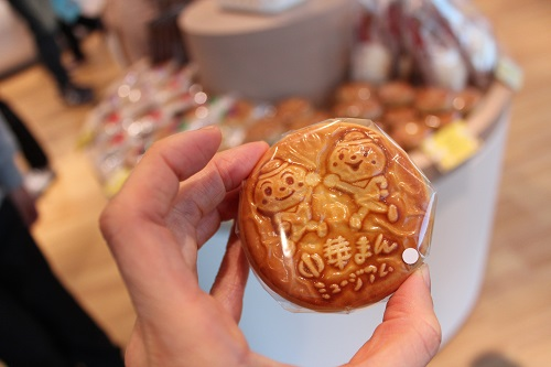 中華まんのキャラクター「ニック」と「アン」が描かれた限定の月餅