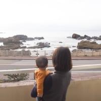 ファミリーにおすすめの旅館紋屋から南房総の海を眺めるママと子供