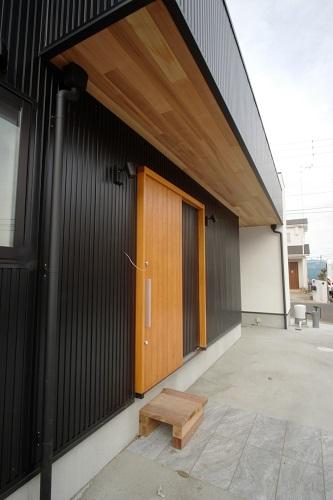 船橋市おしゃれ住宅玄関の天然木で温かさを演出