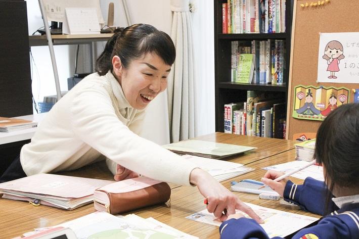 家で学研教室を開室している先生が子どもたちに指導している授業風景