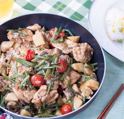 アウトドアレシピ鶏と山菜のオイスター炒め