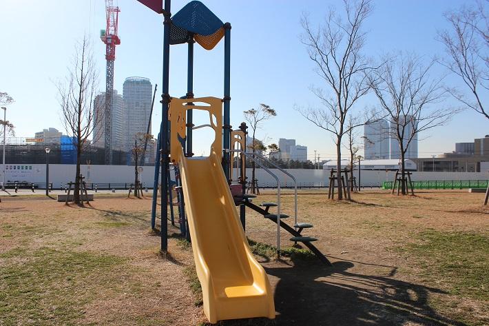 目の前に広がる公園には遊具もあり