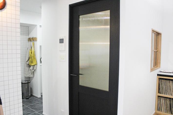 シンプルモダンな部屋にぴったりなパナソニック製の室内ドア