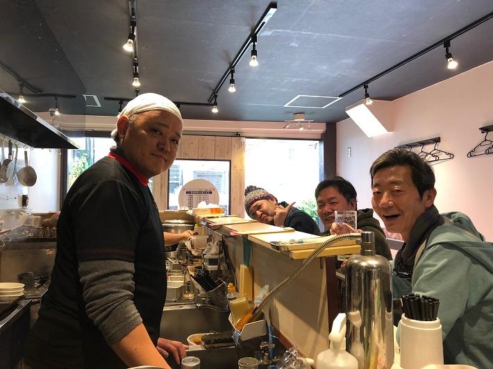 下総中山ラーメン店「坦々麺くらもと」店長さんとお客さん