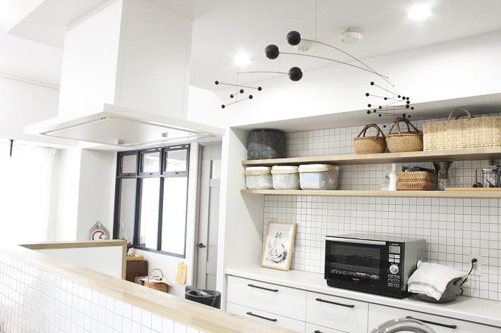 シンプルモダンなインテリアにマッチするリクシル製のキッチン