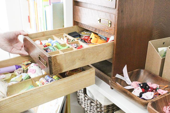おもちゃがすっきり収納されたシンプルモダンな部屋