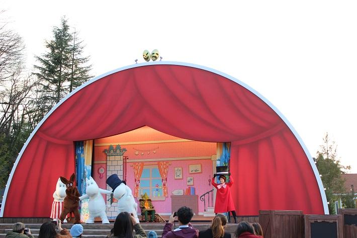 飯能市のムーミンバレーパークにある「エンマの劇場」では『楽しいムーミン一家~春のはじまり~』を上演