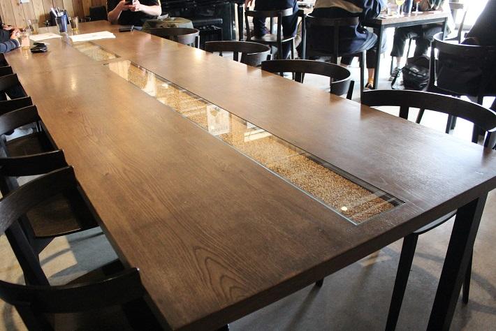 ホップが埋め込まれた特注のテーブル