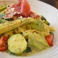 カフェ食堂「hideway」春緑黄野菜の平打ち生パスタ 生ハムとジェノベーゼクリームソース