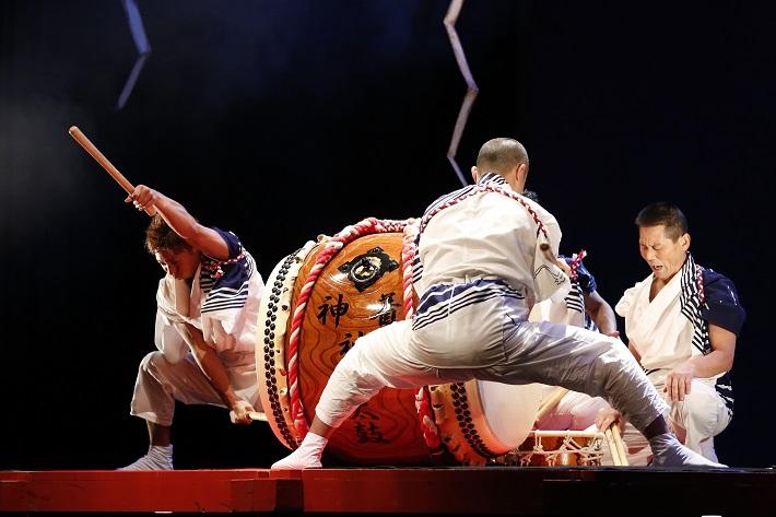 21世紀の森と広場で行われた和太鼓の公演に出演した特別出演の三宅島芸能同志会