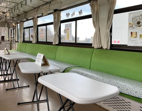 いすみ鉄道の車両内はカフェコーナーになっている